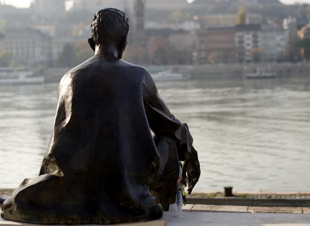 József Attila szobra a Dunaparton, háttal