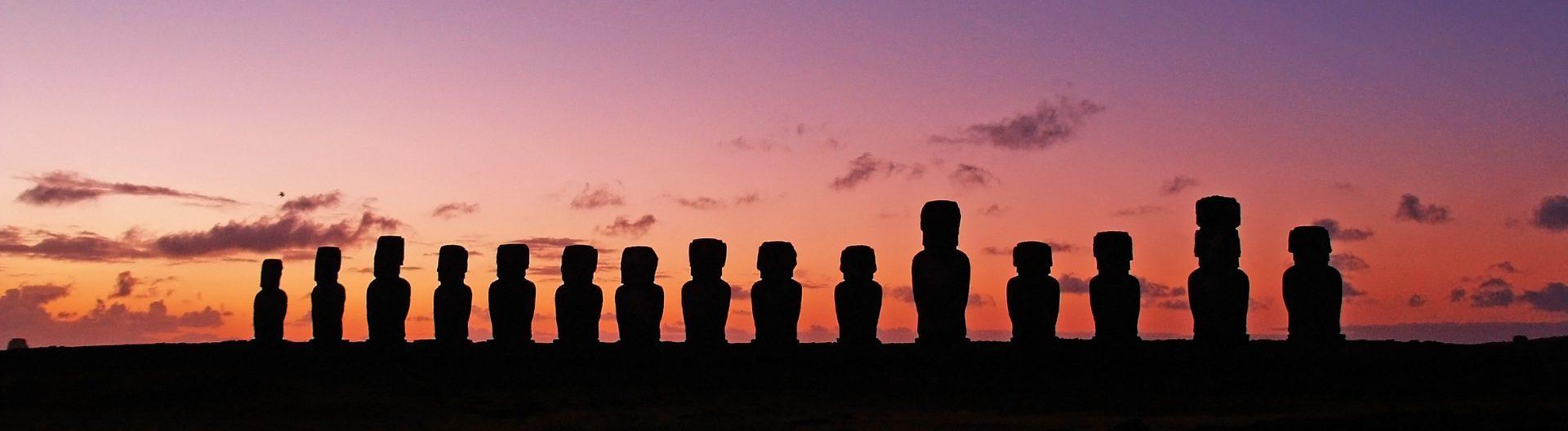 Húsvét szigeteki kőszobrok sziluettje naplementében