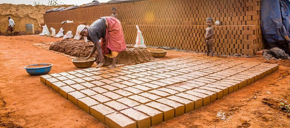 Vályogvető munkás Indiában