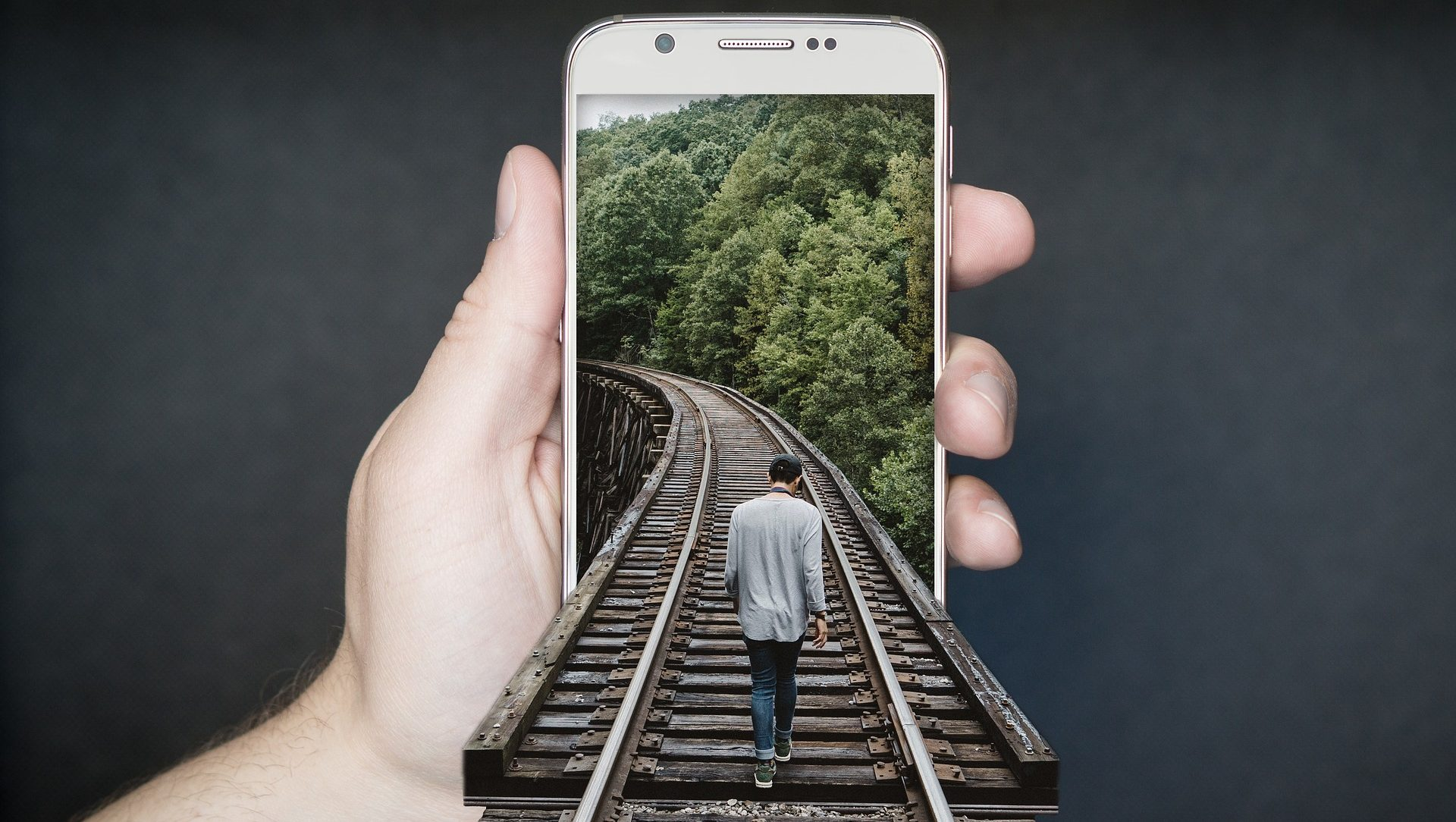 Manipuláció: telefonba sétáló emberalak