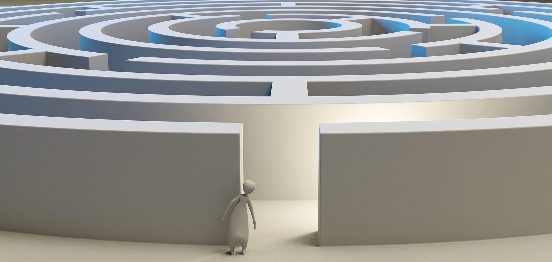 Labirintus bejárata előtt álló óvatos emberalak