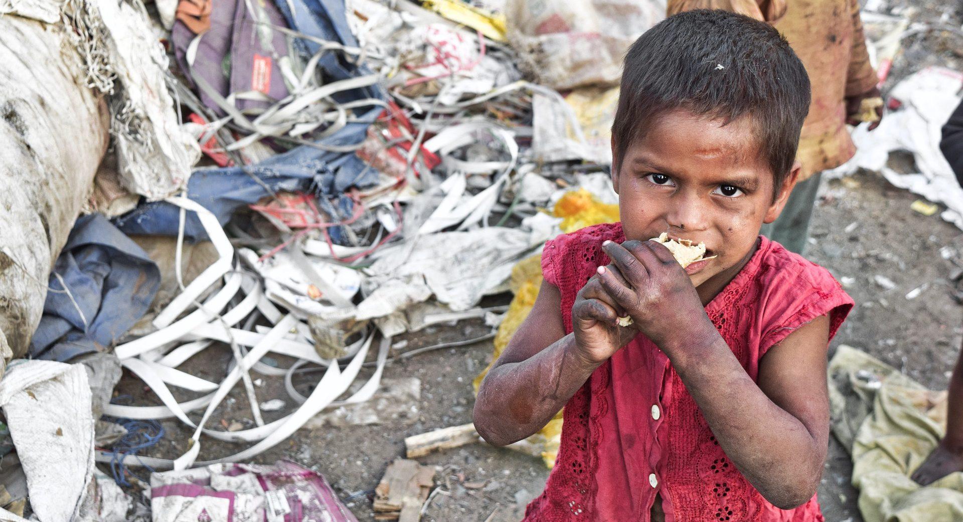 Éhező gyerek a szemétben