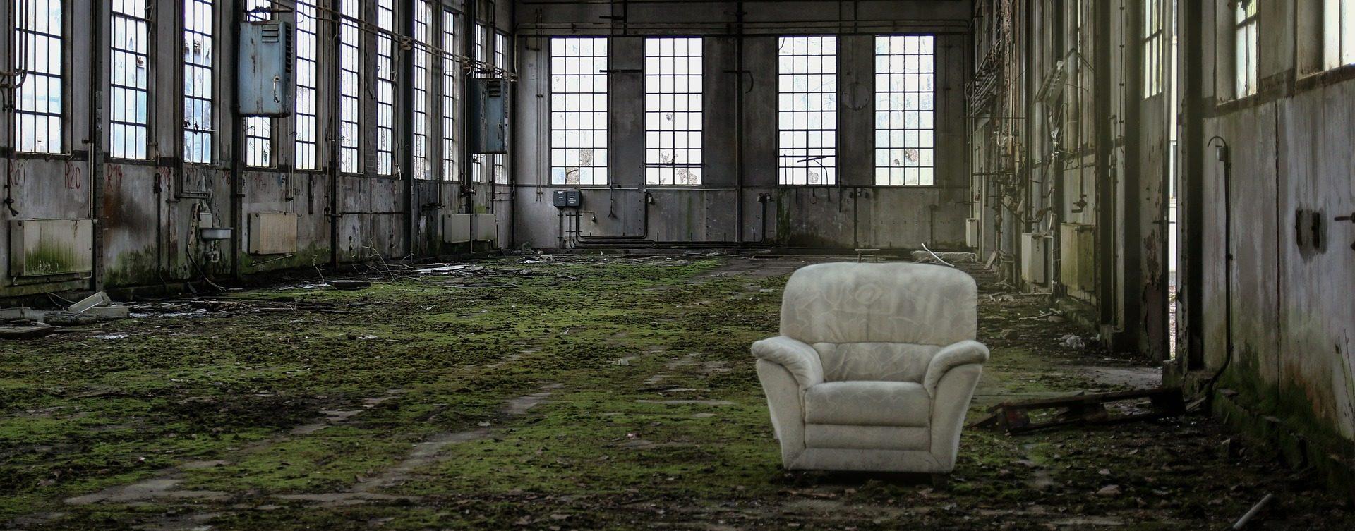 Romos csarnokban egy fotel, szürreális kép